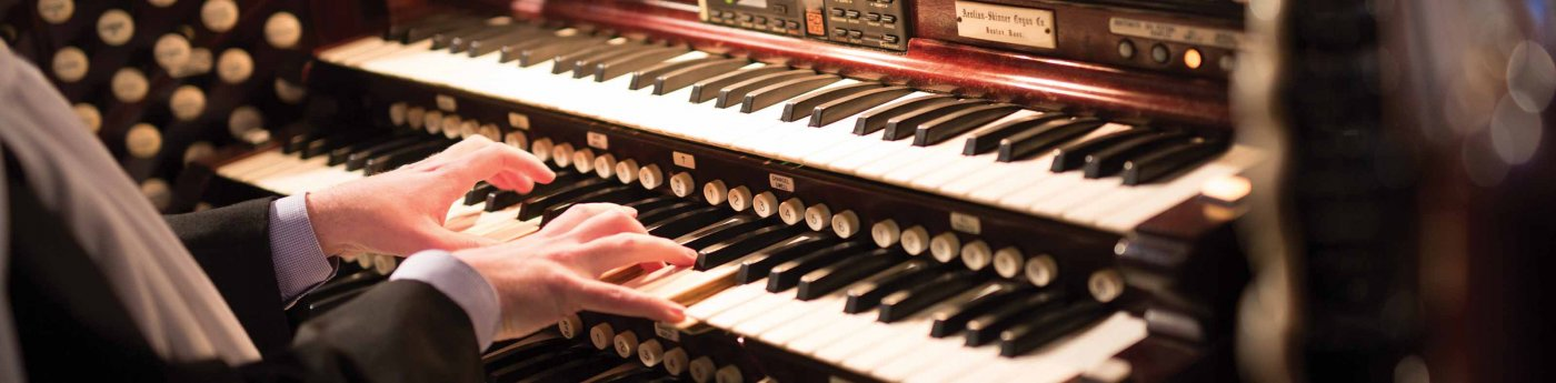 hands at the organ